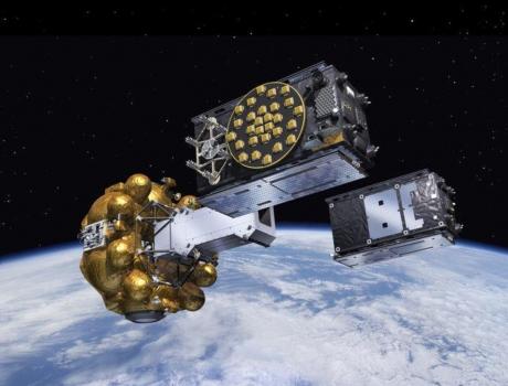 畫家筆下兩顆新伽利略導航衛星在軌道飛行