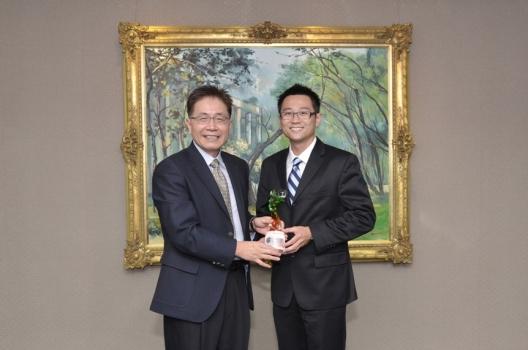 王思元教授(右)接受中央大學周景揚校長頒獎