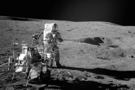 太陽神十四號太空人在月球上收集岩石樣本