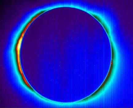 日冕清晰可見的日食紅外線照片
